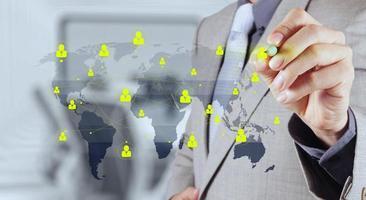empresário trabalhando com novo computador moderno mostra rede social foto