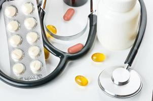 remédio sobre branco foto