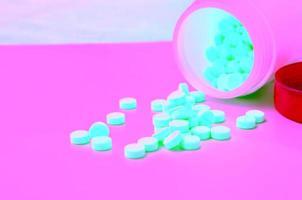 comprimido amarelo medicamento e frasco aberto de medicamento foto