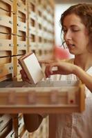 lendo informações sobre medicamentos foto