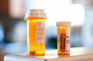 dois frascos de remédios foto