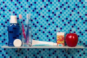 frascos de remédio na prateleira foto