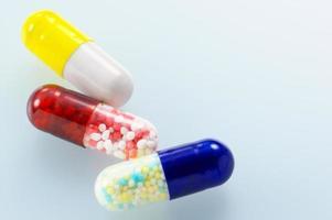 medicamentos cápsulas coloridas. foto