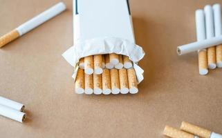 """cuidados de saúde. cigarros com a inscrição """"não fumar"""" foto"""