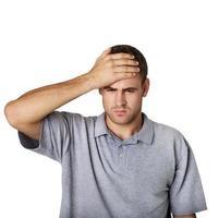 homem doente, tocando a cabeça com uma mão foto
