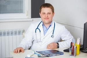 retrato do médico confiante com estetoscópio foto