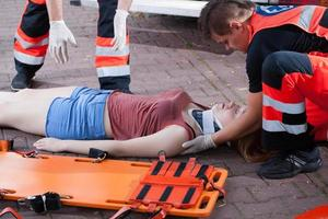 serviço de emergência levando mulher foto