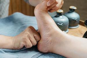 série de massagem tailandesa: massagem nos pés e pernas foto