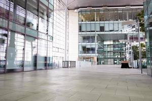 corredor vazio de uma grande empresa foto
