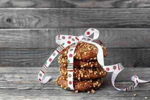 biscoitos de chocolate amarrados com fita de Natal.