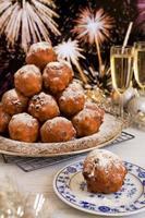 véspera de ano novo holandês com oliebollen, uma pastelaria tradicional