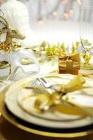 branco e ouro feliz ano novo elegante mesa configuração foto