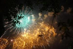 lindos fogos de artifício brilhantes foto