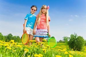 meninas com raquetes foto