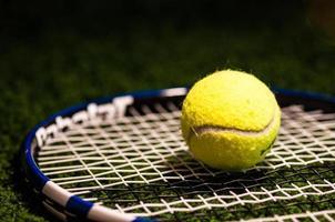 bola de tênis na raquete foto