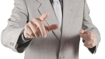 mão de empresário, pressionando um botão imaginário na tela virtual foto