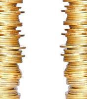moedas de ouro isoladas no branco foto