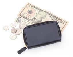carteira de couro preto com dinheiro no fundo branco foto