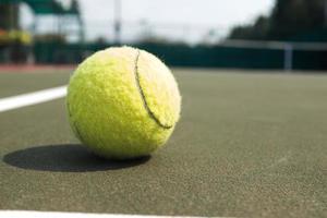 bola de tênis na quadra foto