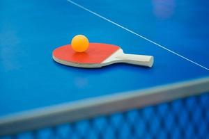 raquete de pingue-pongue e bola e rede na mesa de pingue-pongue vertical