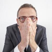 gerente assustado escondendo suas emoções por erro ou silêncio corporativo