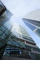 escritório de negócios de arranha-céus de janelas, edifício corporativo em londres, inglaterra, reino unido foto