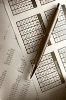 orçamento operacional, calendário e caneta foto