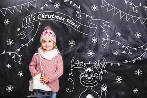 menina deseja a todos um feliz natal foto