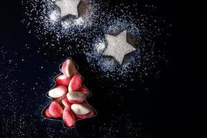 árvore de Natal de geléia e estrelas de açúcar em formulários para biscoitos foto