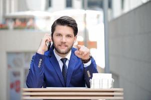 empresário confiante apontando em linha reta