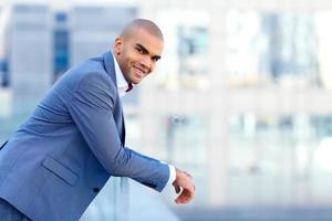 empresário feliz, apoiando-se no corrimão