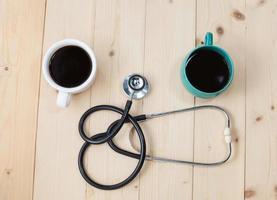 xícara de café e estetoscópio, conceito relaxante para médico foto