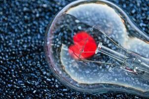 amo o conceito - coração vermelho de uma lâmpada elétrica foto