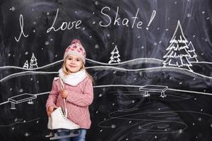 a menina está pronta para andar de skate em uma pista de patinação foto
