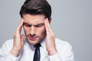 empresário tendo dor de cabeça foto