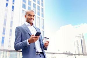 empresário confiante em pé perto do prédio de escritórios