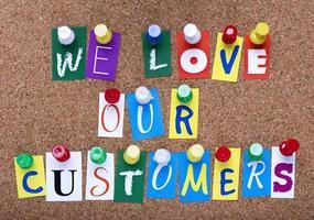 palavras que amamos nossos clientes afixados no quadro de avisos foto