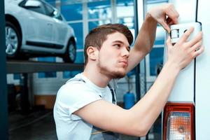 mecânico de automóveis na estação de serviço foto