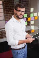 empresário casual usando seu tablet foto