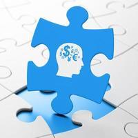 conceito de educação: cabeça com símbolo de finanças em fundo de quebra-cabeça foto