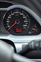 detalhe do velocímetro do carro foto
