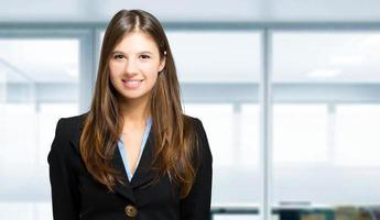empresária sorridente em um escritório moderno