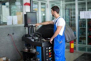 mecânico prepara uma máquina de equilíbrio