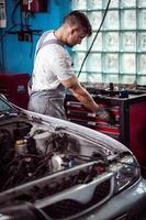 trabalhador de oficina de reparação automóvel