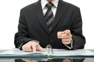 contador ou auditor apontando para você, emite um aviso foto
