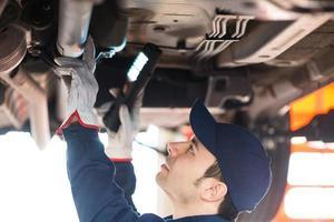 mecânico consertando um carro