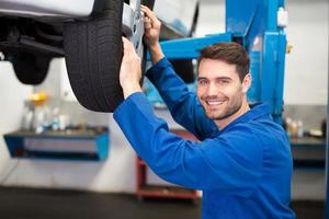 mecânico ajustando a roda do pneu