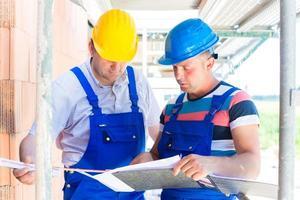 trabalhadores da construção civil no local, verificando a qualidade foto