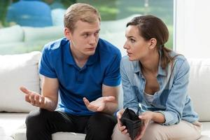 problema financeiro no casamento jovem foto