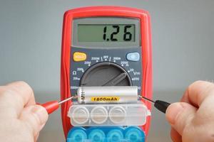 medição da tensão da bateria com multímetro foto